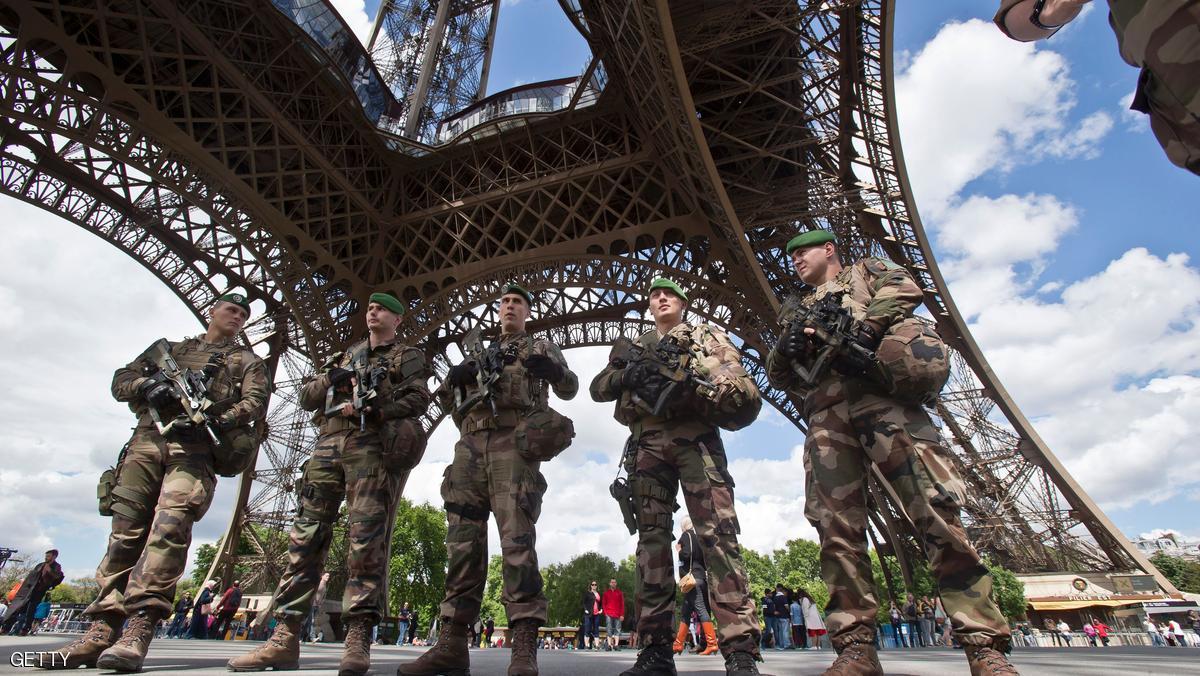 """إرهابي مولود في موريتانيا يقتحم برج إيفل """"صورة"""""""